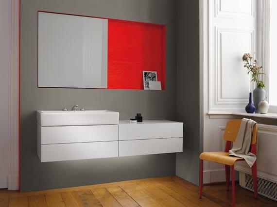 Sideboard in hochglänzendem Weiß und eine kontrastfarbene Nische. Produktdesign: Sieger Design, Photos : Attila Hartwig, Copyright: Dornbracht