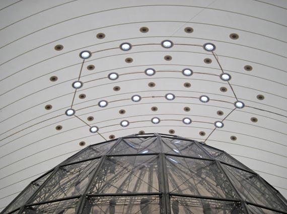 Je 1,20 Meter groß sind die Eternit Flachdach Lichtkuppeln. Zusammen mit den kleineren Beschlägen für die Stahlseile, die im Notfall die zusammenfallende Dachmembran halten, umspielen sie die eingestellte TV-Studio-Kuppel.