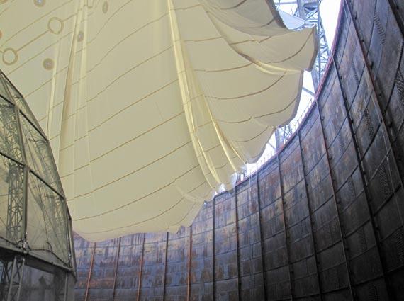 Die 3.500 Quadratmeter große Textilmembran wurde an nur einem Tag in Position gebracht und zur finalen Montage vorbereitet. Ein ausgeklügeltes Montagesystem »choreografierte« die Stahlseile und faltete die Membran passgenau auf.