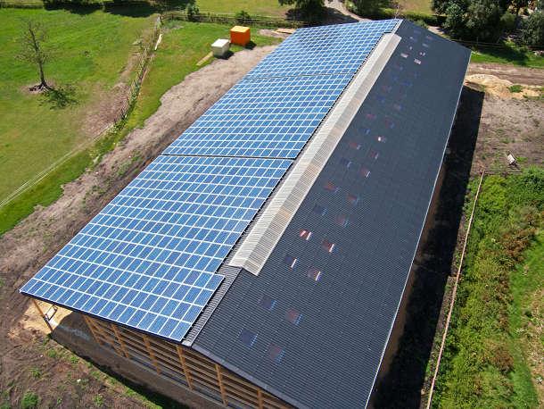 Kombinierbar mit vorhandenen PV-Modulen – der Lichtfirst aus dem »Rhenalux« System. Bild: FDT
