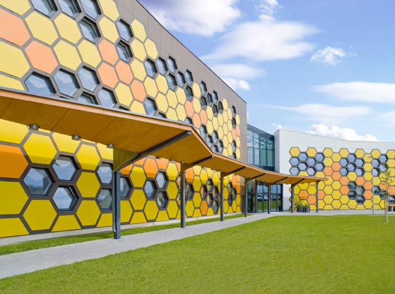 Rehau GENEO Fenster prägen Schulgebäude in Estland