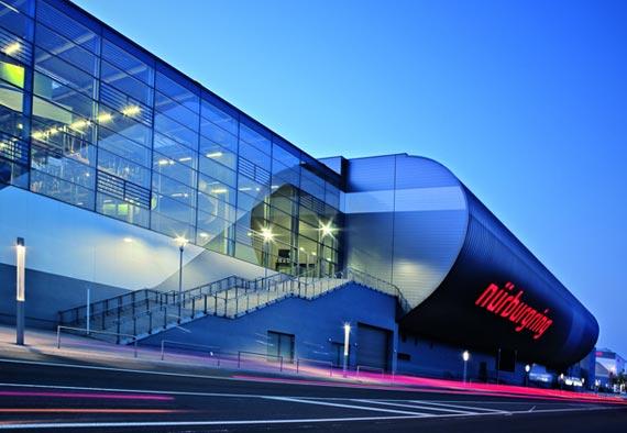 In der »ring arena« finden die vielfältigsten Veranstaltungen statt – von der Stuntshow bis hin zum Pop-Konzert. Foto: Trilux
