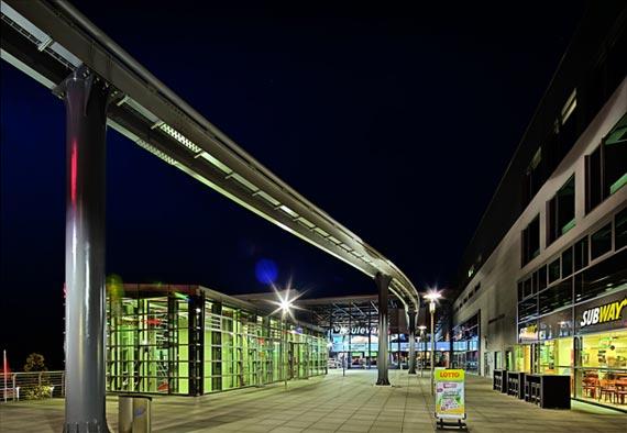 Der »ring werk«, eine der schnellsten Achterbahnen der Welt, durchläuft parallel zum »ring boulevard« das Gebäude. Foto: Trilux
