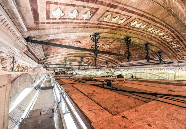 Arbeitsplatz in zehn Meter Höhe: Während des Publikumsverkehrs finden umfassende Restaurationsarbeiten des Deckengewölbes der Trinkhalle statt. Foto: Alfred Kärcher