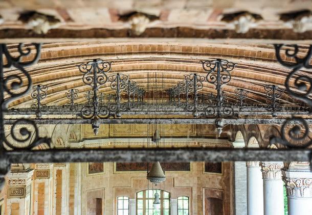 Deckengewölbe der Trinkhalle in Baden-Baden: Auf den Zugankern sind deutliche Spuren von Korrosion zu erkennen. Foto: Alfred Kärcher