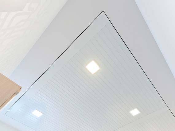Mit der »Aluline« Deckenstrahlpaneele »Segel Typ KS« lässt sich eine homogene Deckenfläche ausführen. Die plangenaue Herstellung ermöglicht eine optimale Anpassung an die Bauform.