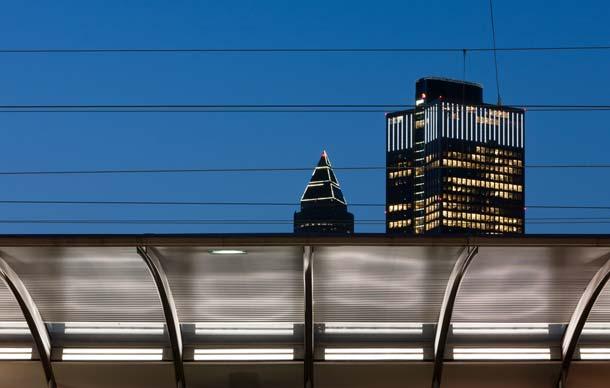Wie hier in der Anwendung bei der Deutschen Bahn können auch Dächer an Bus- und  Straßenbahnhaltestellen schräg von unten angestrahlt und damit akzentuiert aufgehellt werden.