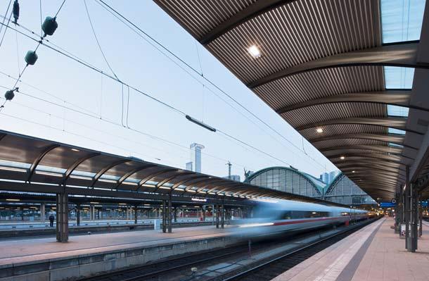 Energiesparend und umweltfreundlich: Die DB Station&Service, Betreiber von 5400 Bahnhöfen in Deutschland, hat eine Serie beleuchteter Bahnsteigdächer mit LED-Röhren von LOBS.LED umgerüstet.