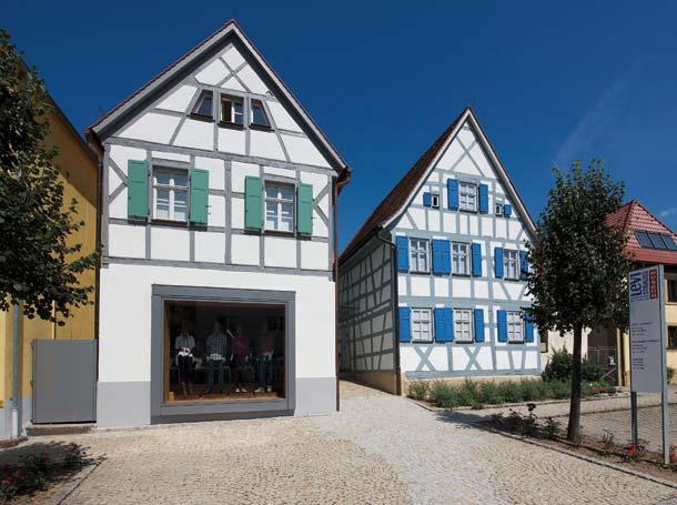 Zugeständnis an die Nutzung: Das Nebengebäude erhielt ein schlichtes »Schaufenster«, das sich formal und farblich in das Ensemble einfügt