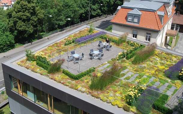 »Leben auf dem Dach«: Einfache Verlegung, große Gestaltungsvielfalt - das auflastgehaltene Geländersystem »SkyGard«