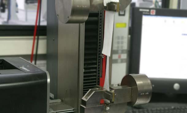 Die Bahnen-Festigkeit wird in einem Reißversuch ermittelt. Abbildungen: Fiberweb/Climat