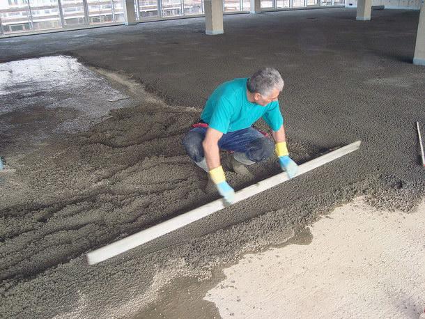 Die zementgebundene Schüttung lässt sich nach dem maschinellen Einbringen leicht mit dem Richtscheit abziehen und auf das gewünschte Niveau bringen. Quelle: Dennert Poraver GmbH