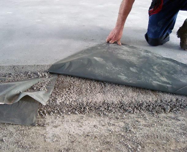 Auf den etwa 3 bis 5 Zentimeter starken Leichtausgleich und die PE-Folie als Trennlage wurde der 6,5  Zentimeter dicke Estrich aufgebracht. Quelle: Dennert Poraver GmbH