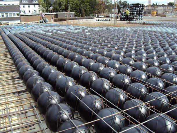 Cobiax Eco-Line: Die Hohlkörpermodule verdrängen den Beton und verringern somit das Deckengewicht und sparen energieintensive Baustoffe ein. Foto: Cobiax