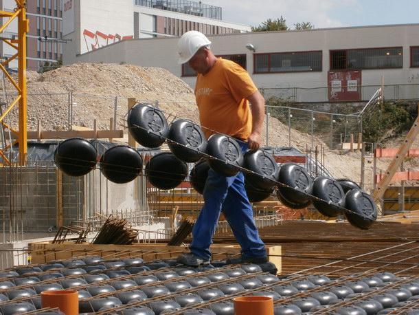 Dank einer maximalen Länge von 2,5 Metern lassen sich Cobiax-Hohlkörpermodule von Hand auf der Baustelle verlegen. Foto: Cobiax