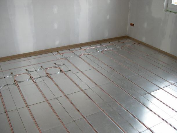 Wärmeleitbleche aus Aluminium sorgen dafür, dass sich die Wärme gleichmäßig und schnell im Raum verteilt. Foto: JOCO