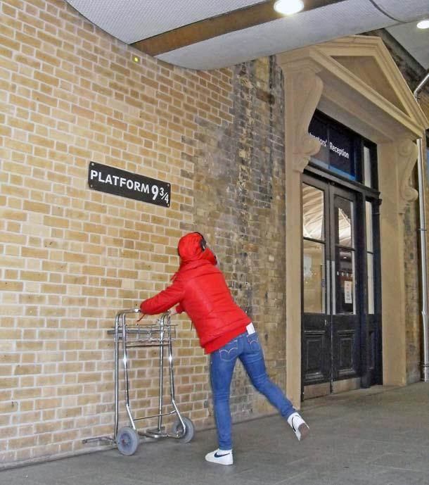 Die Stelle, die an das imaginäre Gleis 9 3/4  der berühmten Harry-Potter-Buchreihe erinnert, ist Pilgerstätte für Fans aus aller Welt