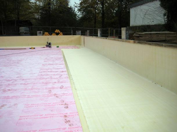 Die Frischbetonverbundlösung wird vor den Bewehrungs- und Betonarbeiten auf die Schalung am Boden und an den Außenwänden ausgelegt.