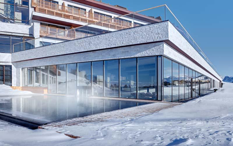 Hebeschiebetür-Fensterwand im Wellnessbereich des Hotels Alpina Dolomites Seiser Alm, Dolomiten, Italien
