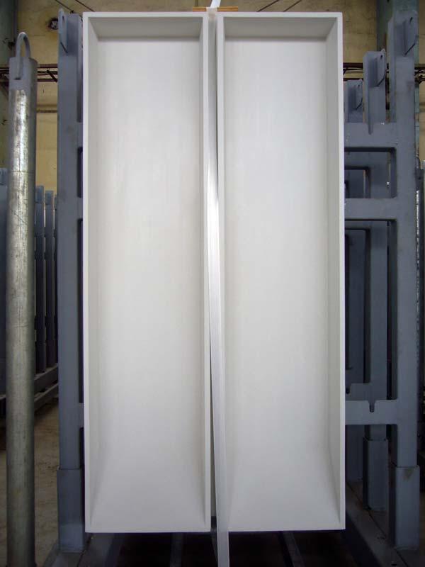 Für die Fertigung der HPC-Weißbeton-Fassadenplatten kamen Glasfasern und Weißzement der Firma Holcim zum Einsatz. Foto: Hentschke Bau GmbH