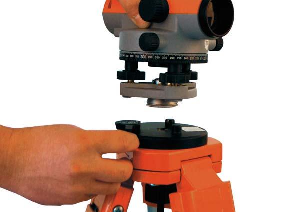 Das Instrument wird in die vorgesehene Öffnung eingesetzt und mit dem Quick-Fix-Hebel arretiert. Den Adapter gibt es jetzt auch im Set mit Stativ und Nivellier. Quelle: Nedo GmbH & Co. KG