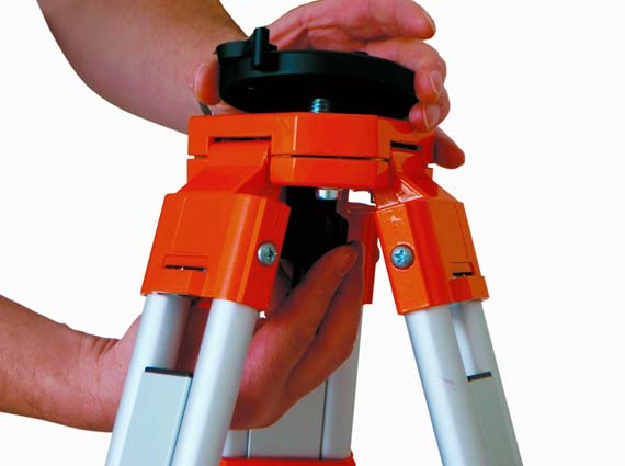 Damit es auf der Baustelle schneller und einfacher geht, hat der Messtechnik-Spezialist Nedo den Quick-Fix-Adapter entwickelt. Er kann an jedem handelsüblichen Stativ befestigt werden. Quelle: Nedo GmbH & Co. KG