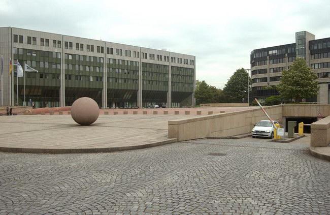 Das Bundesministerium für Umwelt, Naturschutz und Reaktorsicherheit (BMU) wurde 1986 gegründet und hat seinen ersten Dienstsitz in Bonn an der Parklandschaft Rheinaue. Der gesamte Bürokomplex ist von Rasen- und Wiesenflächen umgeben, unter denen sich ein Teil der Tiefgarage verbirgt. Foto: Sika Deutschland GmbH