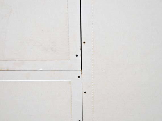 Die serienmäßige Spachtelkante der papierkaschierten Platten erleichtert das abschließende Oberflächenfinish durch Spachteln erheblich. Abbildung: Techno-Physik, Essen