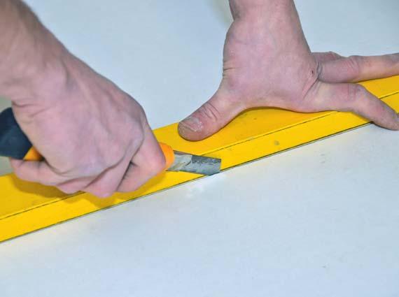Zum Zuschnitt werden die Platten mit einem Cuttermesser eingeritzt und anschließend einfach gebrochen. Abbildung: Techno-Physik, Essen