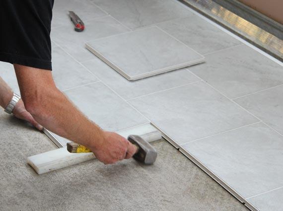 Das System ermöglicht auch, die Fliesen in den Größen von ca. 30 x 30 Zentimeter und ca. 30 x 60 Zentimeter in kürzester Zeit versetzt zu verlegen