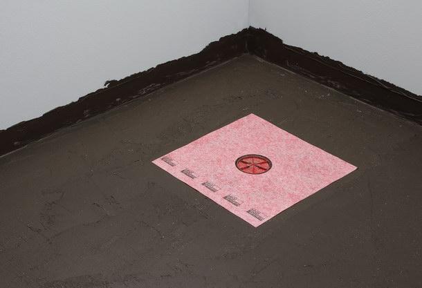 Die getrocknete erste Schicht der Verbundabdichtung mit einer eingelegten »Seal System« Dichtmanschette. Sie wirkt als verbindendes Element zwischen Verbundabdichtung und Punktablauf.