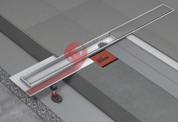 Zertifizierter Fußbodenaufbau an einer Duschrinne mit »Seal System« Dichtband. Es dichtet im Verbund mit den beiden Dichtschlämme-Aufträgen den Bereich um den Edelstahlflansch der Rinne sicher ab.
