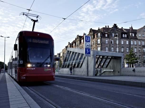 Die Gliederung und architektonische Gestaltung der Zugangs-Aufbauten verknüpfen die den Platz prägende Verkehrsdynamik mit der Bewegungsdynamik der U-Bahn. Foto: AEG Haustechnik
