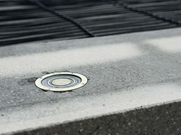 Wichtiges Element einer Freiflächenheizung ist der Temperatur- und Feuchtefühler, der ebenerdig in Beton oder Asphalt verlegt wird – immer dort, wo Niederschläge ihn unmittelbar erreichen. Foto: AEG Haustechnik