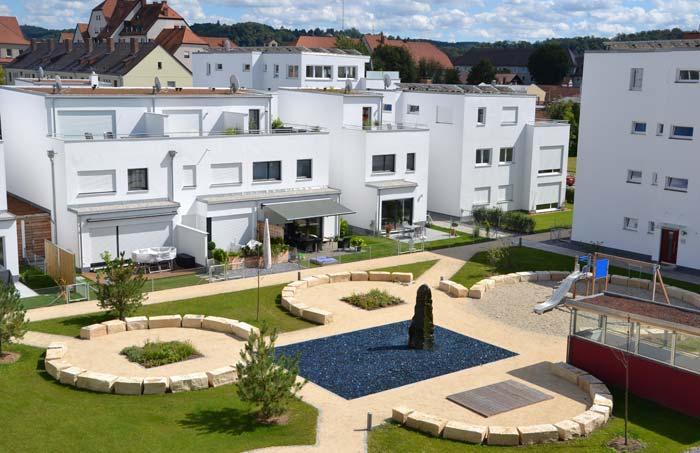 Passend zum Wohnkonzept im Ludmilla-Wohnpark befindet sich inmitten der Grünanlage ein aufwendig gestalteter Springbrunnen mit farblichen Steinen, der zum Verweilen einlädt. Foto: UNIPOR, München