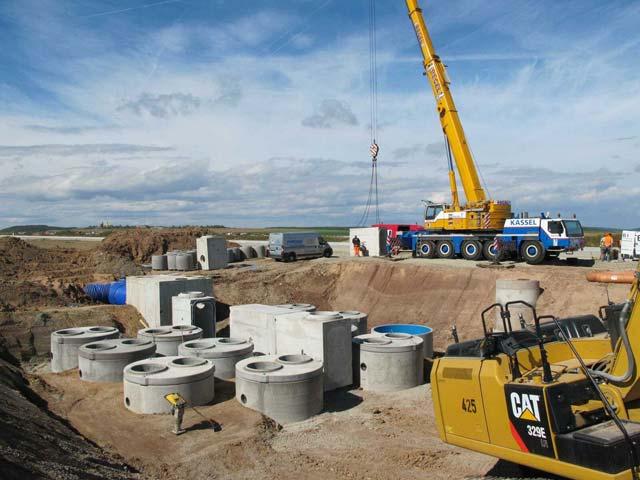 Künftiges Vorfeld Ost: Einbau der Abscheidergruppe mit Verteilerrinne. Bild: Mall