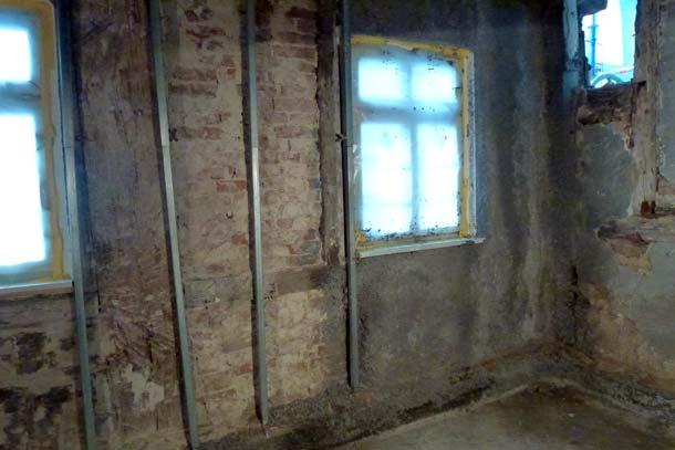 Cellulosefasern als Innendämmung passen aufgrund ihrer kapillaren Saugfähigkeit sehr gut zu historischen Baumaterialien beispielsweise in einem Fachwerkhaus. Foto: Climacell