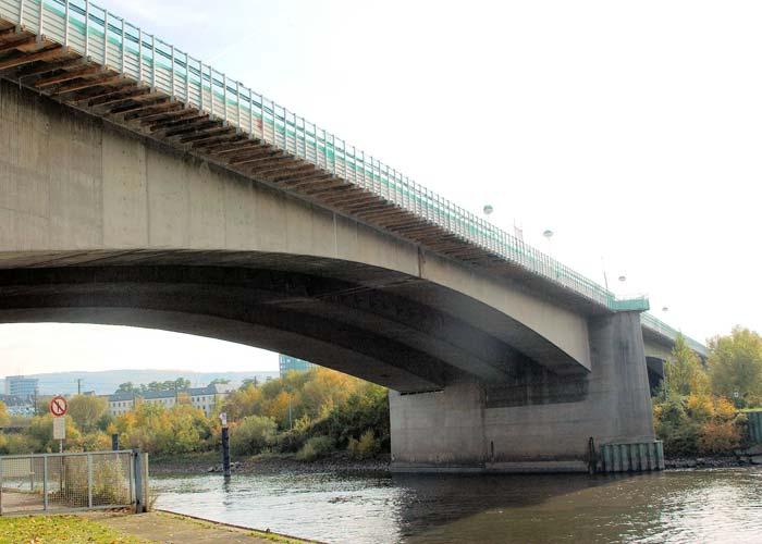Die Europabrücke führt die Bundesstraße 9 über die Mosel ins Koblenzer Stadt-zentrum. Sie zählt mit etwa 100.000 Fahrzeigen zu den am meisten befahrenen Brücken in Deutschland. Foto: Sika Deutschland GmbH