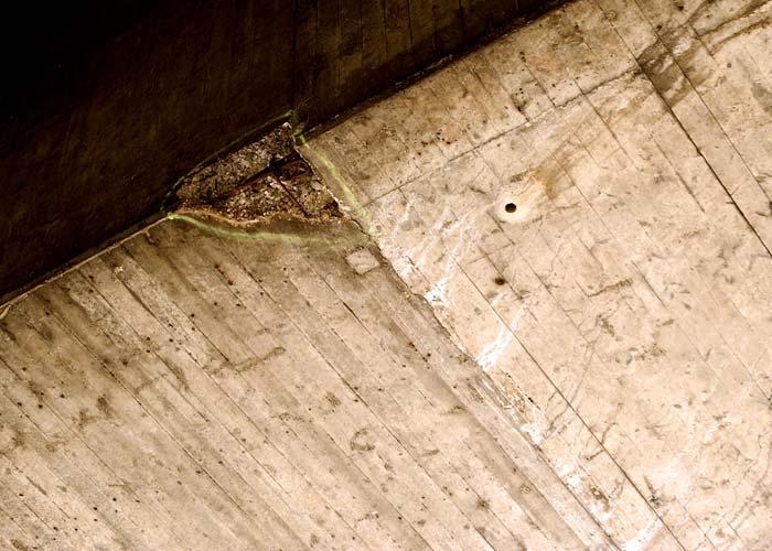 Die Schäden am Beton wurden durch extreme Fahrbahnbelastungen, vor allem durch den Schwerlastverkehr, und durch harte Winter immer gravierender. Eine Instandsetzung in zwei Phasen war dringend notwendig. Foto: Sika Deutschland GmbH