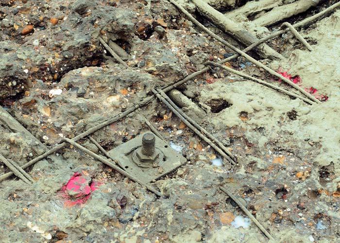Die alten Asphaltdeckschichten wurden abgefräst, die obere Betonschicht der Konstruktion entfernt, die Brückenkappen abgetragen und in einer neuen Stahlbetonkonstruktion erneut aufgebaut. Anschließend wurde der Untergrund für die Grundierung vorbereitet. Foto: Sika Deutschland GmbH