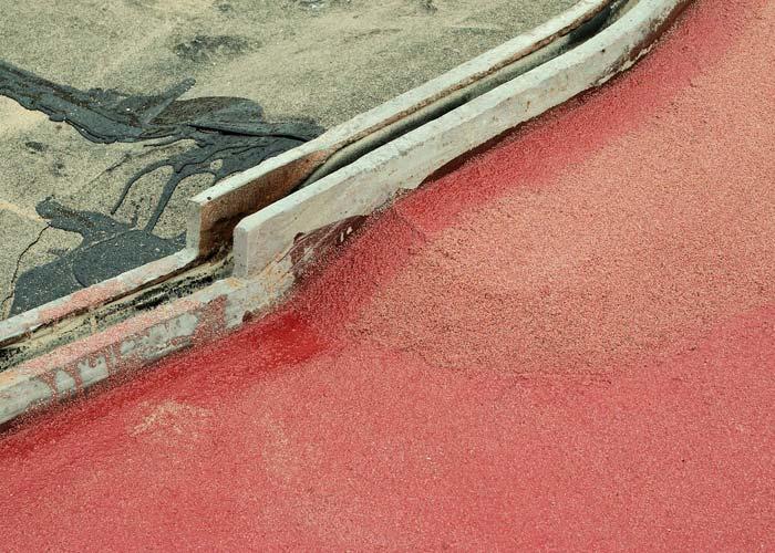 Auf die Grundierung folgten die »Sika Ergobit« Polymerbitumen-Schweißbahnen aus einer Bitumenkombination mit ataktischem Polypropylen (APP). Durch das Abdichtungssystem wird das Eindringen von Tausalzen in den Konstruktionsbeton und damit die chloridinduzierte Korrosion an den Bewehrungsstählen und den Spanngliedern effektiv verhindert. Foto: Sika Deutschland GmbH