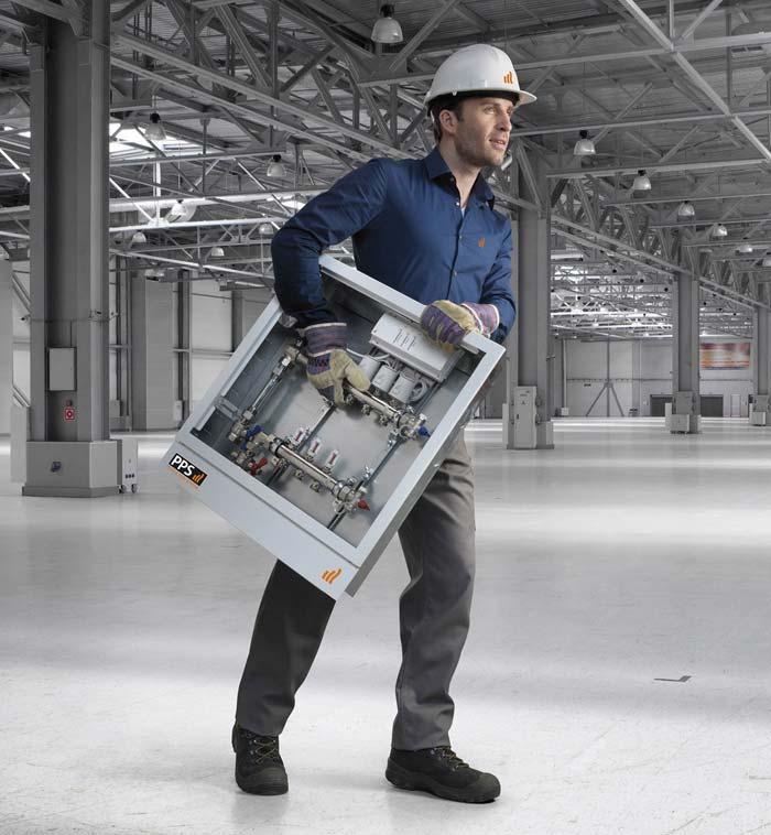 So einfach geht Heizungsbau: Die individuell vorkonfektionierte Verteiler-Stationen von Purmo wird direkt zur Baustelle geliefert, dort nur noch montiert und angeschlossen