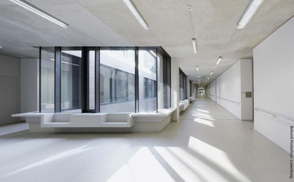 Viel Tageslicht, helle Farben und klare Strukturen zeichnen die Innenräume der Europaschule II aus. Bild: Bohumil Kostohryz, Luxemburg