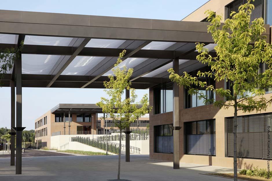 Die zahlreichen Vordächer sind mit eingespannten aufblasbaren Wolkenmembranen für den UV- und Regenschutz ausgestattet. Bild: Bohumil Kostohryz, Luxemburg