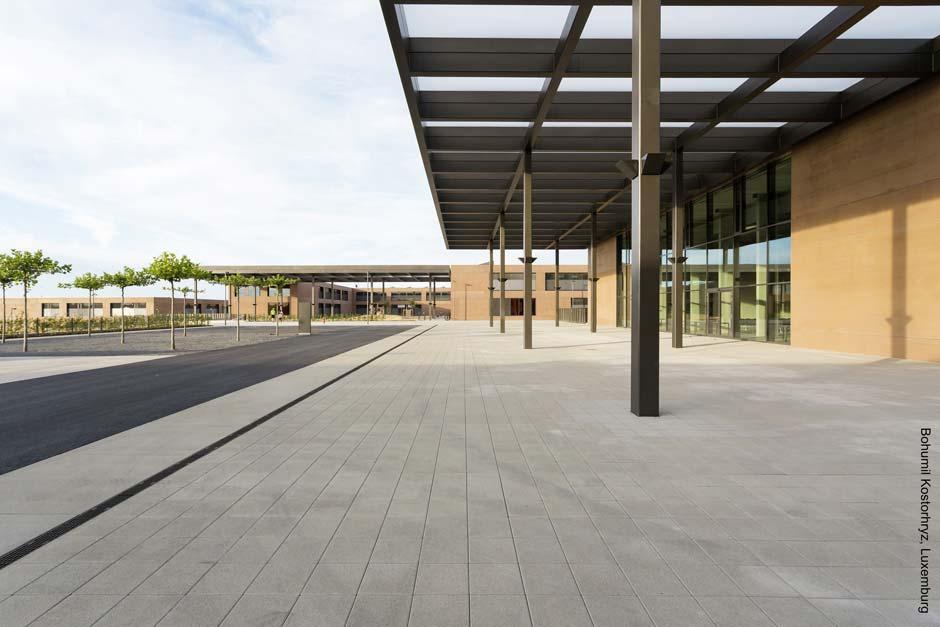 Großflächige Fassaden von Innenhöfen und gemeinschaftlich genutzten Funktionsbereichen wie Aula und Mensa sind als Pfosten-Riegelkonstruktionen ausgeführt. Bild: Bohumil Kostohryz, Luxemburg