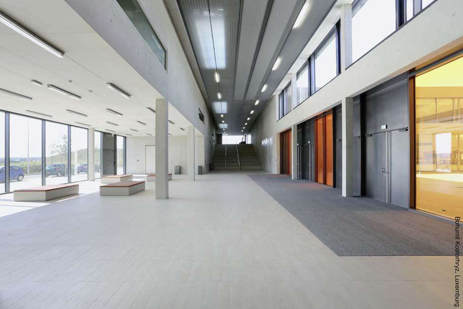 Teil der Innenraumgestaltung ist ein sorgsam ausgearbeitetes Farbkonzept unter Einsatz großflächiger Farbglas-Elemente. Bild: Bohumil Kostohryz, Luxemburg