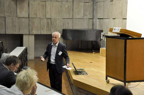 Prof. Peter Cheret, Institut für Baukonstruktion und Entwerfen der Universität Stuttgart, bei der Begrüßung. Gut 200 Teilnehmer aus Politik, Wissenschaft, Architektur und Baupraxis waren der Einladung gefolgt. Foto: Uni Stuttgart / IBK 1