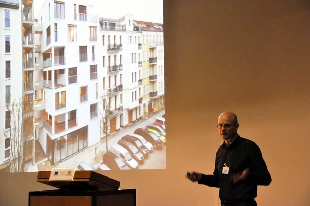 Tom Kaden, Kaden Klingbeil, stellte am zweiten Tag Projekte des Berliner Büros vor. Im Bild das berühmte E 3 in der Esmarchstraße, der erste deutsche Siebengeschosser in Holz. 2008 errichtet, musste als Brandschutzauflage noch mit einem offenen Treppenhaus in Beton geplant werden. Foto: Foto: Uni Stuttgart / IBK 1