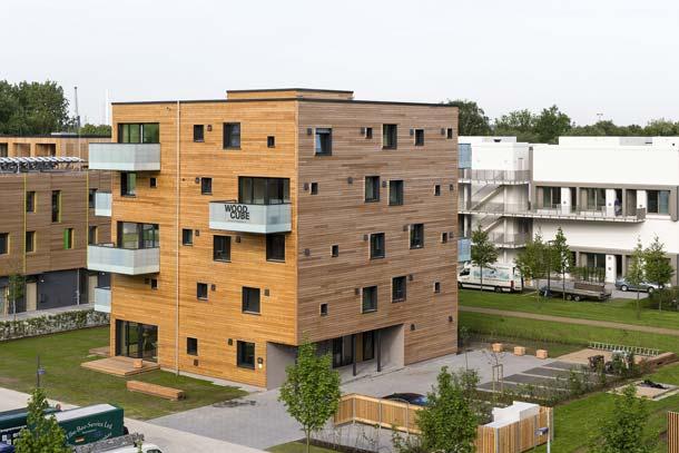"""Der Hamburger """"Woodcube"""" steht exemplarisch für modernes Bauen mit Holz. Das wohngesunde Passivhaus wurde zur IBA eröffnet. Foto: Bernadette Grimmenstein"""