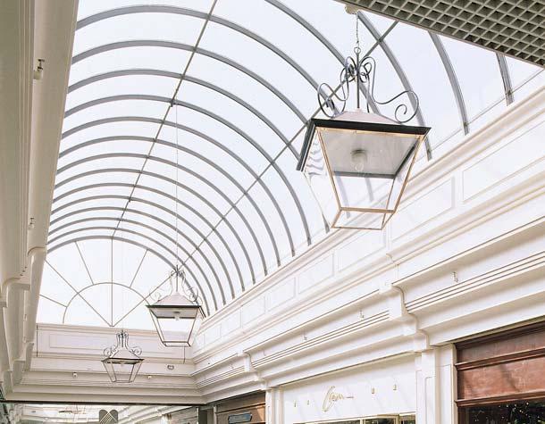 Polycarbonat lässt sich vor Ort ohne größeren Aufwand kalt einbiegen und bietet somit die Möglichkeit, interessante Verglasungslösungen für tageslichtdurchflutete Innenräume zu gestalten. Foto: Brett Martin